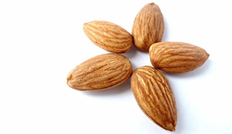 Colesterolo alto si riduce con le mandorle